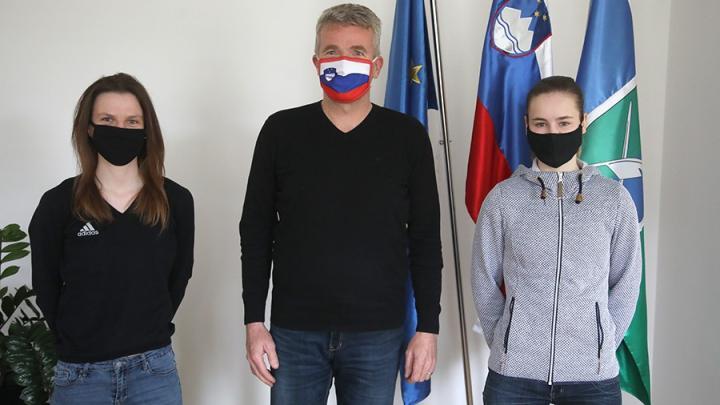 Župan sprejel skakalni junakinji sezone Niko Križnar in Emo Klinec. Foto: Gorazd Kavčič