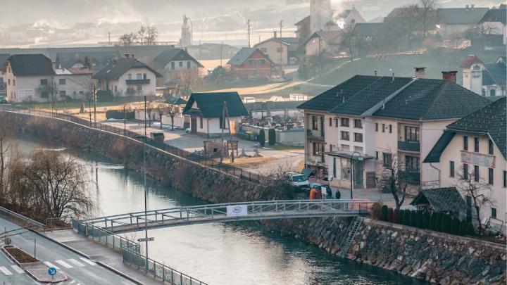 Naslovnica: Nova Fortunova brv čez Poljansko Soro v Gorenji vasi Foto: Primož Pičulin