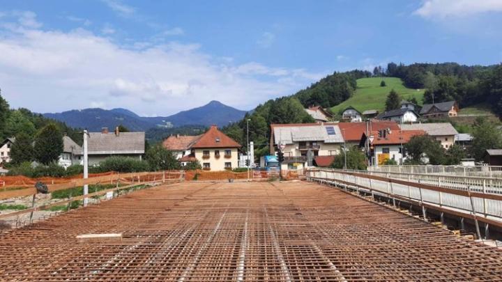 Pospešena gradnja mostne konstrukcije čez reko Soro v Poljanah. (Foto: Anton Debeljak)