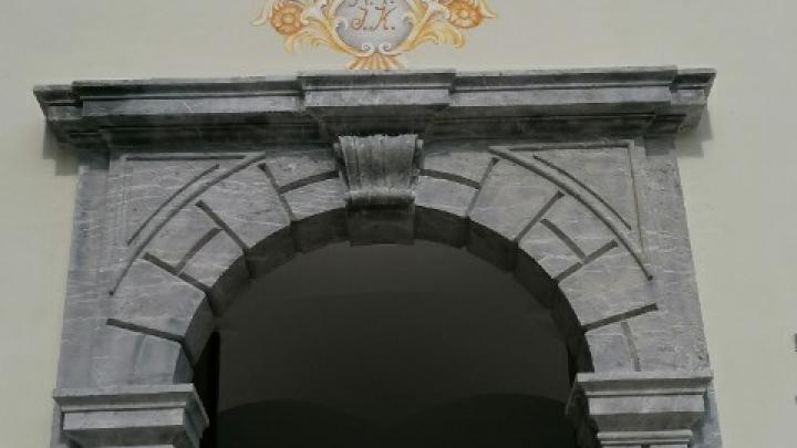 Obnova freske nad vhodnimi vrati dvorca Visoko. Foto: Martina Ambrožič Tušar