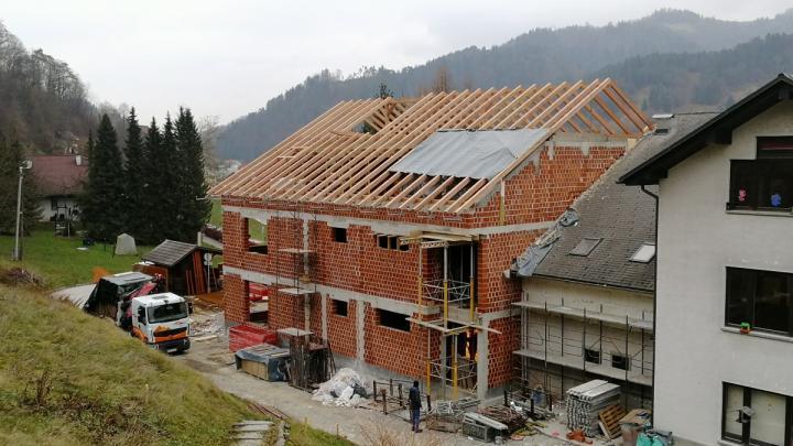 Montaža lesene strešne konstrukcije. Foto: Bernard Strel