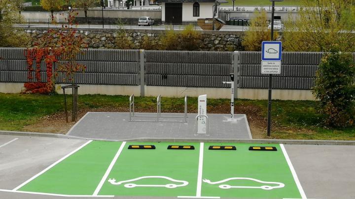 Na parkirišču pod Sokolskim domom v Gorenji vasi je bila danes nameščena polnilna postaja za električna vozila. Foto: Bernard Strel
