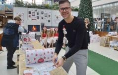 V Božičkovi tovarni daril bodo razveselili tudi starejše
