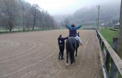 Na konju bolečino in strah na obrazu zamenja nasmeh