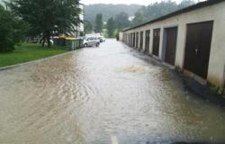 Močno deževje zalivalo objekte in ceste