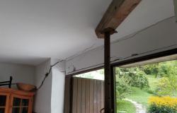 Neurje močno poškodovalo hišo štiričlanske družine