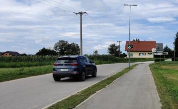 Prikazovalnik hitrosti pred naseljem Zaboršt