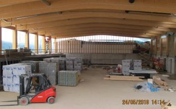 Dvorana se počasi zapira, montaža sten.