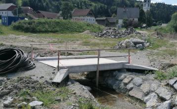 Most za peš hojo proti cerkvi