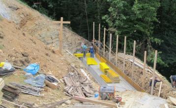 Izdelava opornega zidu pod novim vodohranom Kovnica v Poljanah