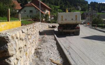 Gradnja opornega zidu pri postajališču