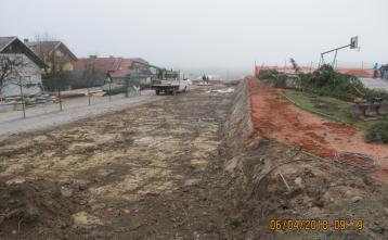 Izkop za novo ograjo zunanjega športnega igrišča.
