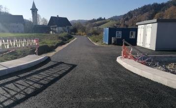 Asfaltirana nova cesta proti cerkvi v Poljanah
