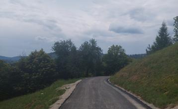 Asfaltiran odcep v Podjelovem Brdu. Foto: Boštjan Kočar