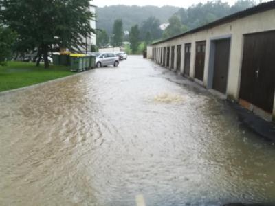 V Šentjurju je naenkrat padlo toliko dežja, da ga odtoki niso uspeli požirati. Tako so bile poplavljene številne glavne in stranke ceste. (Foto: Štajerski val)