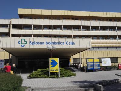 Večina obiskovalcev celjske bolnišnice mora vstopati skozi glavni vhod. (Foto: Štajerski val)