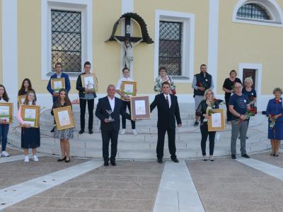 Nagrade so letos zaradi poostrenih pravil podelili na prostem in brez prisotnosti širše javnosti. (Foto: Občina Šentjur)