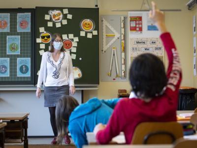 Učitelji bodo morali maske nositi ves čas. (Fotografija je simbolična.)