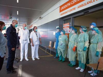 Premier Janez Janša je v celjski bolnišnici spregovoril z vodstvom, pa tudi tistimi, ki neumorno skrbijo za paciente. (Foto: Twitter Janez Janša)