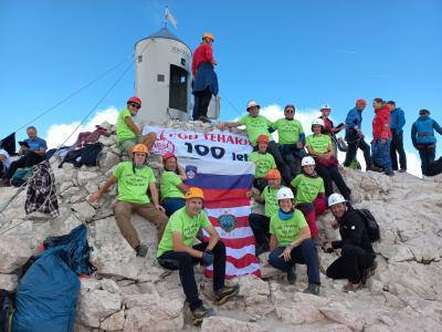 Člani PGD Teharje so se ob 100-letnici podali na Triglav in tja ponesli tudi društveni zastavo in čelado. (Foto: PGD Teharje)