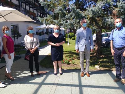 Minister je obiskal tudi šmarski dom upokojencev, kjer je bilo med epidemijo najhuje, in šentjurski dom starejših, ki je že prepovedal obiske. (Foto: Štajerski val)