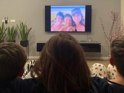 Ko ostanemo doma, je za vse več časa, tudi za ogled fotografij skupaj z otroki. Takole Katja s svojima fantoma obuja spomine na družinska potepanja.
