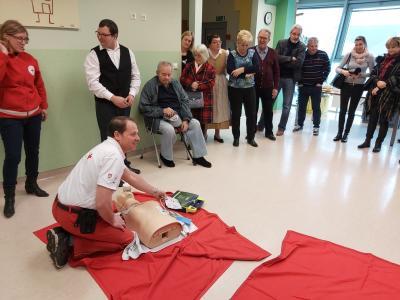 Defibrilator je naprava, ki ob srčnem zastoju lahko reši življenje. Strokovnjaki pravijo, da nas ne sme biti strah ga uporabiti. Naprava vodi, le slediti moramo navodilom. (Foto: Radio Štajerski val)
