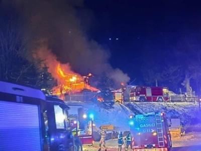 Okoli 100 gasilcev je gasilo požar. (Foto: Grega Rutnik)