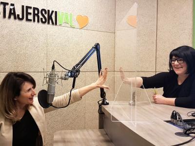 Laščanka Mojca Leskovar, predsednica uprave Thermane Laško, ki jo je Združenje Manager letos nagradilo s priznanjem Artemida, in gostiteljica radijskega srečanja Greta Kokot Rajković.