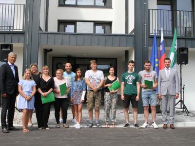Prvi najemniki v novem bloku v Kostrivnici, kjer nekaj stanovanj še ostaja na voljo.