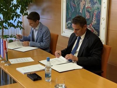 Župan Marko Diaci (desno) je pogodbo za novo kuhinjo podpisal z Maricem Baškovičem iz podjetja Resalta. (Foto: Štajerski val)