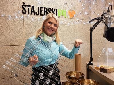 Mateja Bobek, zvočna terapevtka in selfness ambasadorka, je s seboj prinesla tudi holistične inštrumente, ki jih uporablja pri zvočnih kopelih in terapijah.