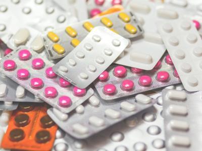 Povpraševanje po zdravilih se je med pandemijo novega koronavirusa povečalo, osnovna zdravila proti prehladu in za zbijanje vročine je dobro imeti v domači lekarni. (Foto: Pixabay)