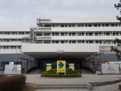 Energetska sanacija nekoč rumene bolnišnične stavbe je prinesla novo, svetlejšo podobo. (Foto: Radio Štajerski val)