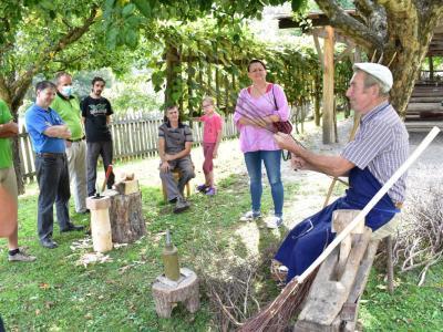 Udeleženci programa so se srečali z mojstrom Tonetom Vogrincem, ki v okolici med redkimi še zna izdelati metle in grablje. (Foto: Zavod za kulturo, turizem in razvoj Rogatec)