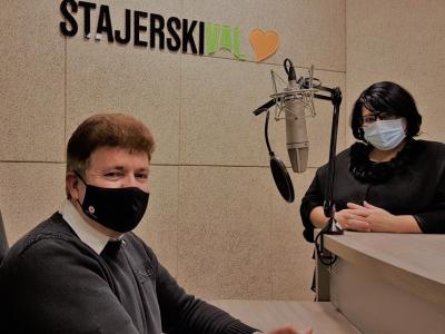 Dolgoletni sekretar Območnega združenja RK Laško Vlado Marot in gostiteljica radijskega srečanja Greta Kokot Rajković.