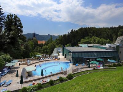 Bazeni so za zdaj na voljo le za hotelske goste - zaradi priporočil NIJZ je lahko na bazenu namreč nekoliko manj obiskovalcev kot sicer. (Foto: Terme Dobrna)
