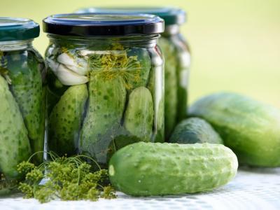 Sredi poletja, ko so v ospredju dopusti, so v novinarski redakciji kisle kumarice. (Foto: Pixabay)