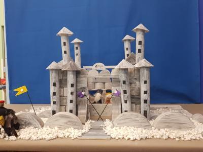 To je grad, ki so ga izdelali uporabniki in mentorji VDC Ravne na Koroškem. (Foto: FB Snežni gradovi kralja Matjaža)