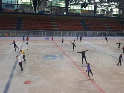 Mladi drsalci iz petih držav pilijo svoje koreografije in osvajajo novo znanje. (Foto: Zveza drsalnih športov Slovenije)
