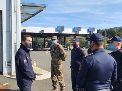 Minister Matej Tonin se je na mejnem prehodu Dobovec v občini Rogatec srečal s predstavniki policije in Slovenske vojske, ki skupaj varujejo mejo. (Foto: Ministrstvo za obrambo)