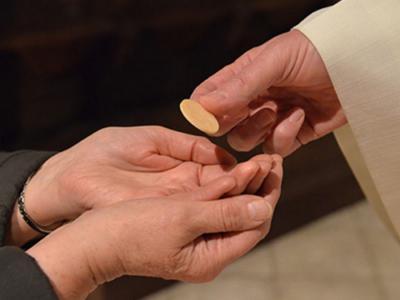 Vernike me drugim pozivajo, da obhajilo prejemajo samo na roko. (Fotografija je simbolična.)