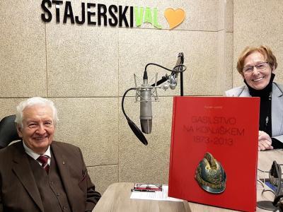Florjan Jančič, častni občan Občine Slovenske Konjice in soustanovitelj Muzeja gasilstva Dravinjske doline, v studiu Štajerskega vala, pred pričetkom snemanja radijskega srečanja, z gostiteljico Mimico Kidrič.