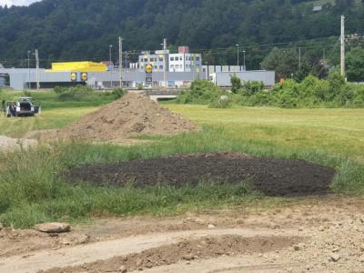 Neznani storilci so junija letos v mestnem jedru Šentjurja odložili 20 kubičnih metrov komunalnega blata. (Foto: Štajerski val)
