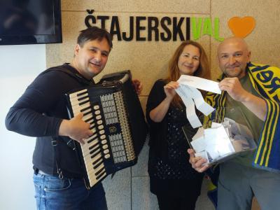 Nevenka Švener, Relax Turizem in voditelj programa Silvester Javornik sta žrebala, Zmago pa je v živo poskrbel za  glasbeni utrinek z naših skupnih potepanj in nas s pesmijo popeljal v Dalmacijo.