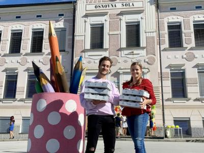 Teja in Žiga sta bila na prvi šolski dan zaposlena z dostavljanjem jogurtov v osnovne šole. (Foto: Mlekarna Celeia)