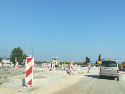 Križišče na žalski obvoznici preurejajo v krožišče. Prometa niso preusmerili, je pa moten, potrebna je posebna previdnost. (Foto: Štajerski val)