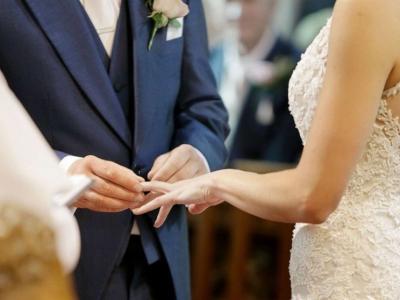 Od danes so znova dovoljene poroke, a z omejenim številom svatov. (Fotografija je simbolična.)