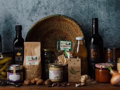 Police Kozjanske špajze so polne zdrave, domače hrane in izdelkov. (Foto: Kozjanska špajza)