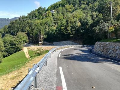 Odsek, dolg okoli 1300 metrov, je že obnovljen, cesta je zdaj precej širša ter asfaltirana in tako veliko varnejša. Kmalu bo na vrsti še drugi odsek. (Foto: Štajerski val)